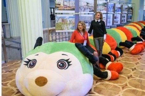 Фото -                                                                 Компания Тигрес  пошила гигантскую игрушку!