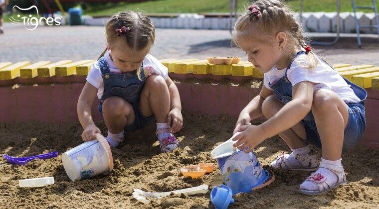 Фото - Ігровий столик – зручна пісочниця за будь-якої погоди!