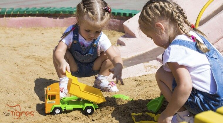 Фото - Пісочні набори – дитина грає, мама засмагає